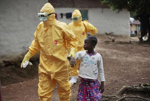 Menina é levada a ambulância depois de apresentar sintomas da infecção por ebola em vilarejo a cerca de 50 km de Monrovia, capital da Libéria (Foto: AP Photo/Jerome Delay)