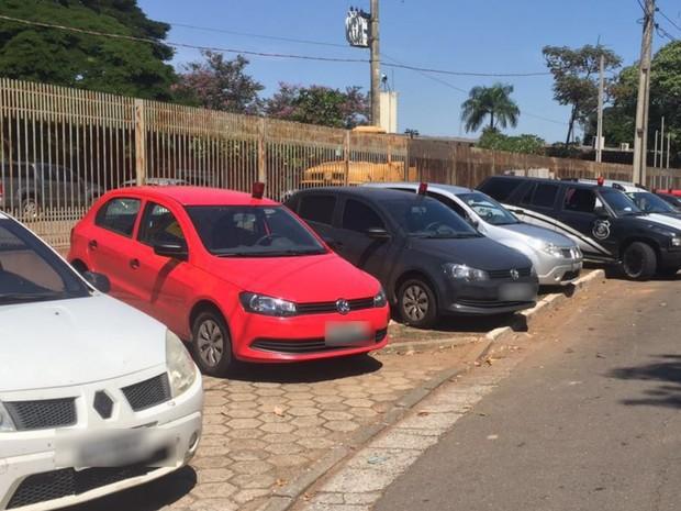 Policiais realizaram cortejo com sirenes até cemitério em homenagem a policial Goiânia Goiás (Foto: Honório Jacometo/TV Anhanguera)