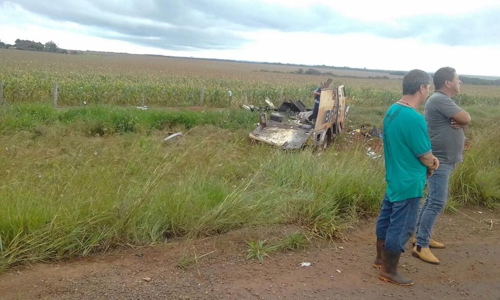 Carro-forte destruído por assaltantes (Foto: Polícia Civil/Divulgação)