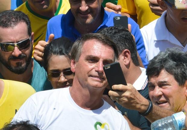 O deputado Jair Bolsonaro (PP-RJ) é cercado por admiradores que pedem para fazer um selfie durante sua participação no protesto pró-impeachment de Dilma Rousseff em Brasília (Foto: Wilson Dias/Agência Brasil)