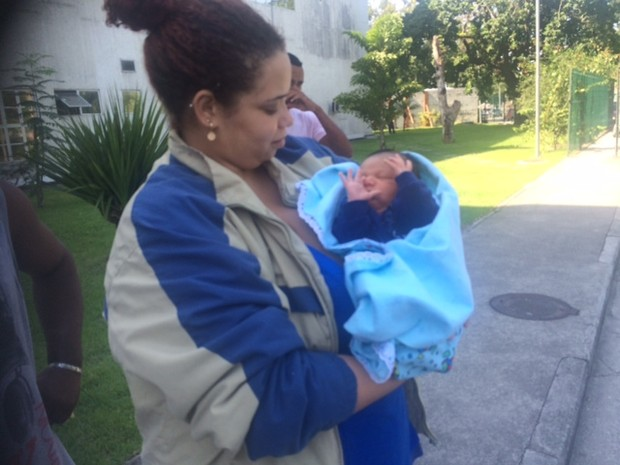 Ana Carla buscou o bebê na tarde desta terça (Foto: Cristina Boeckel/G1)
