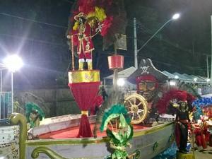 Carro alegórico Unidos do Ladeira Carnaval 2015 Juiz de Fora 1 (Foto: Roberta Oliveira/ G1)