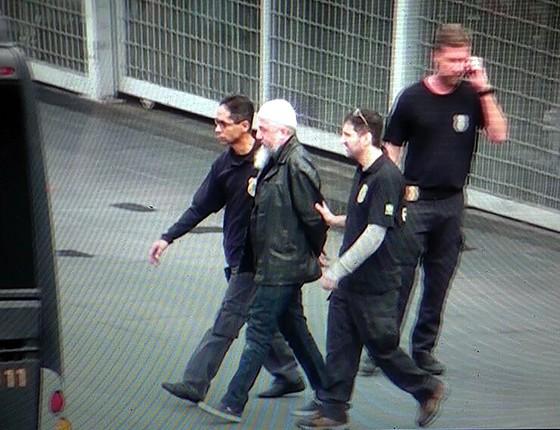 Reprodução de vídeo mostra agentes da Polícia Federal (PF) conduzindo um dos suspeitos   presos na Operação Hashtag (Foto: MARIO ÂNGELO/Reprodução/SIGMAPRESS/ESTADÃO CONTEÚDO)