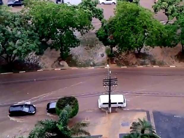 Avenida Princesa D´Oeste fica inundada em Campinas (Foto: reprodução/Marcelo Brocchi)