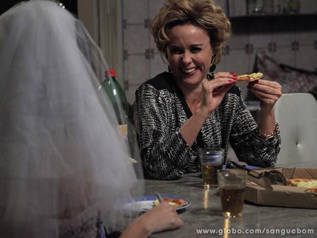 Bárbara e Tina até comem pizza juntas! (Foto: Ellen Soares / TV Globo)