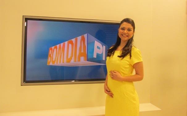 A apresentadora pretende apresentar o telejornal até o nono mês (Foto: Laurivânia Fernandes/Rede Clube)
