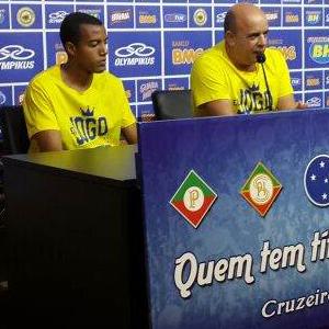 Breno Lopes, novo lateral-esquerdo do Cruzeiro, é apresentado na sala de imprensa do Mineirão antes do clássico (Foto: Divulgação/Minas Arena)