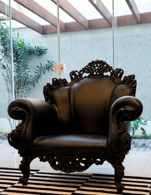 Um dos destaques da decoração da sala de estar é a Poltrona di Proust, do designer italiano Alessandro Mendini (Foto: Marcelo Tabach/Ed. Globo)