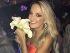 Ticiane Pinheiro, solteira, pega o buquê no casamento de Naiara Azevedo