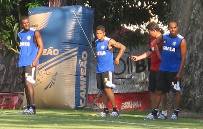 Erazo, Léo e Alecsandro treino Flamengo (Foto: Thales Soares)