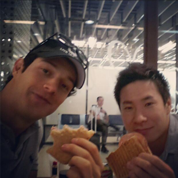 Bruno Senna e Kamui Kobayashi em aeroporto (Foto: Reprodução)