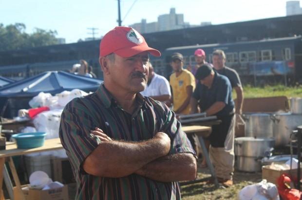 Militante do MST em acampamento em Curitiba em ato de apoio ao ex-presidente Lula (Foto: Reprodução Twitter MST Oficial/@MST_Oficial )