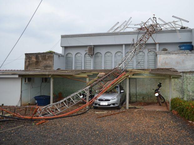 Igreja e carro foram atingidos durante queda de torre (Foto: Magda Oliveira/ G1)