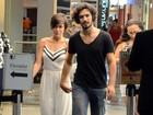 Gabriel Leone e Carla Salle passeiam de mãos dadas no Rio