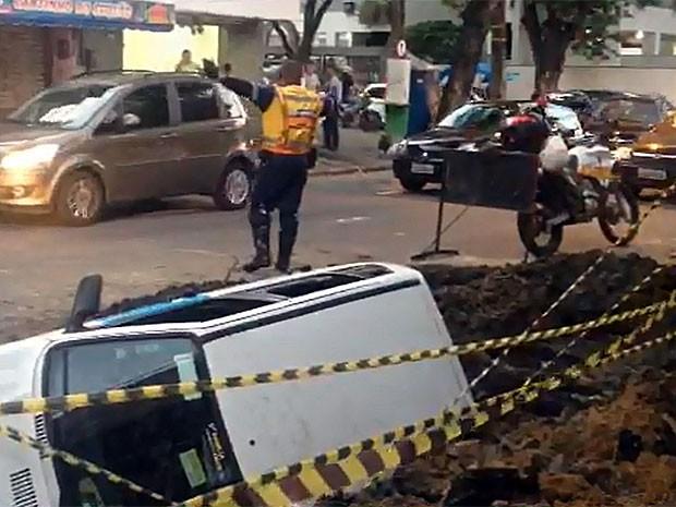 Carro cai em cratera na Rua Conselheiro Portela, no bairro do Espinheiro, no Recife (Foto: Roger Casé / TV Globo)