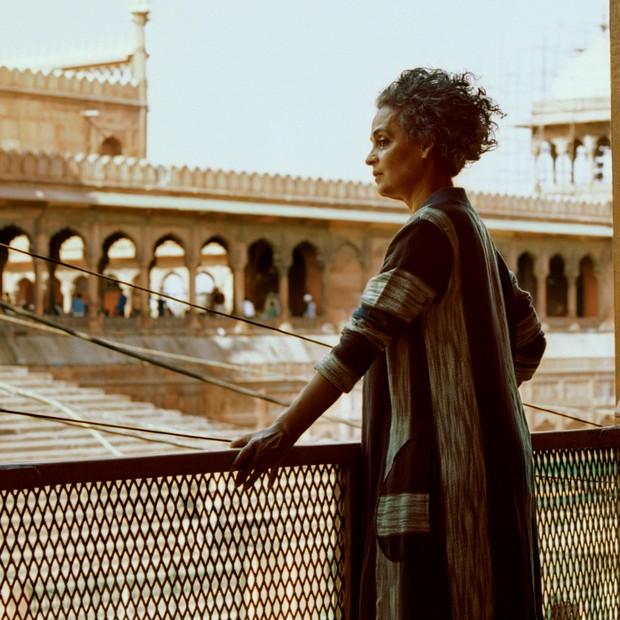 Arundhati Roy na varanda de uma casa no centro antigo de Nova Déli (Foto: Bharat Sikka)