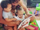 Rafael Cardoso posa com a filha e o afilhado, filho de Igor Rickli