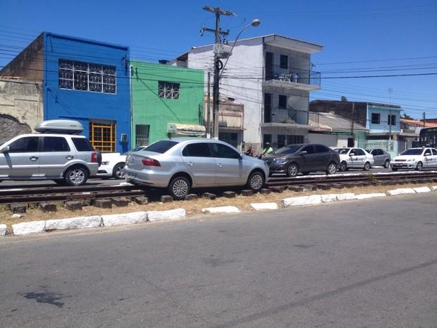 Carro foi parar no trilho do trem no centro de Maceió (Foto: Micaelle Morais/G1)
