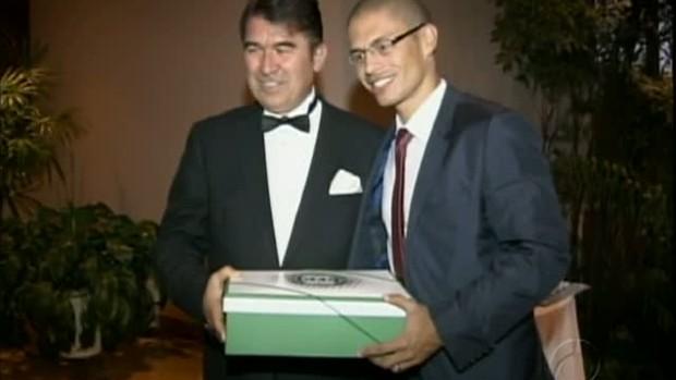 Alex é recebido na embaixada da Turquia (Foto: reprodução RPCTV)