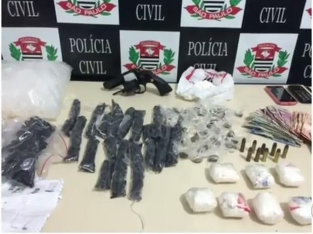 Drogas foram apreendidas durante ação da polícia (Foto: Reprodução/TV TEM)