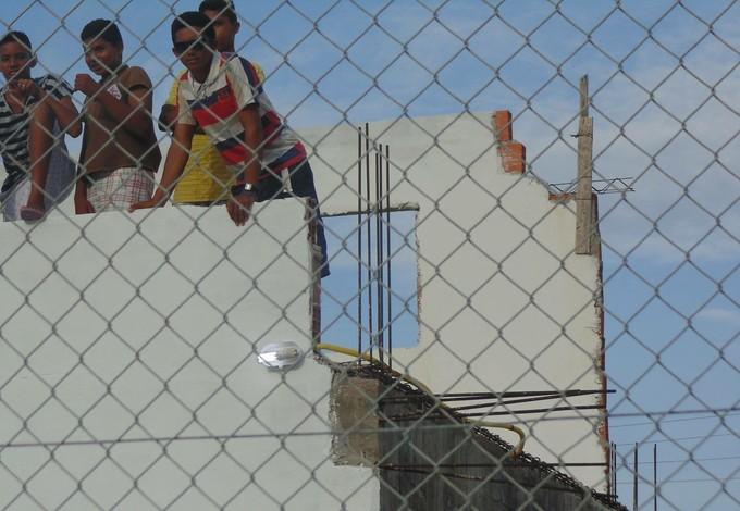 Em laje, sem proteção e exposta a obras, crianças assistem jogo no Cardosão (Foto: Anderson Lima)