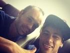 Neymar volta para Barcelona com Iniesta: 'Gênio'