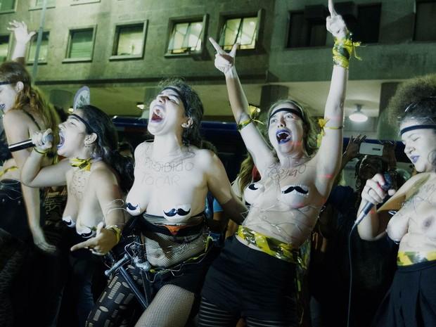 Seminuas, mulheres participam do ato 'Por Todas Elas' em prol do feminismo, contra a cultura do estupro e a violência praticada contra as mulheres, na região da Candelária, no Centro do Rio de Janeiro (Foto: Paulo Campos/Estadão Conteúdo)
