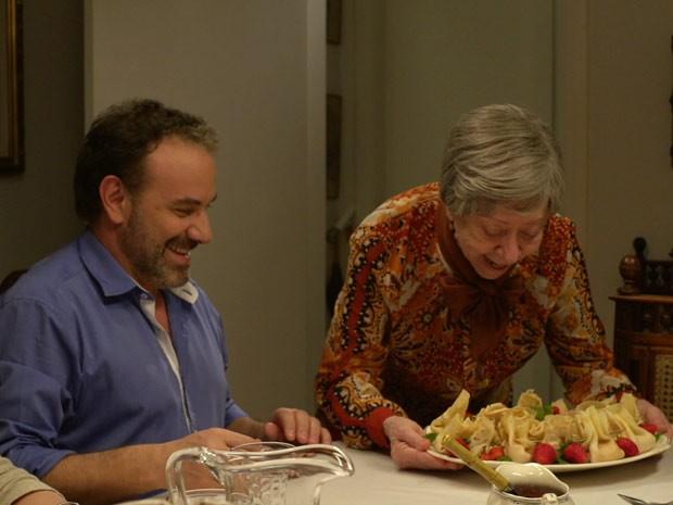 Dona Picucha (Fernanda Montenegro) oferece as suas famosas panquecas para o filho Sílvio (Marco Ricca) (Foto: Doce de Mãe / TV Globo)