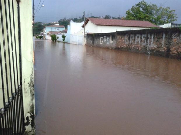 Escoamento da água levou pelo menos seis horas (Foto: Luciano Patrício/ VC no G1)
