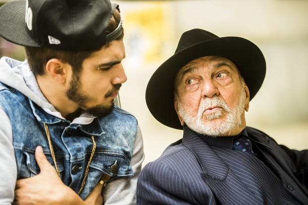 Caio Castro e Lima Duarte em cena da novela I Love Paraisópolis (Foto: Globo/João Miguel Júnior)