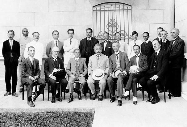 Albert Einstein (quarto da esquerda para a direita na fileira de baixo) visita o Observatório Nacional em 1925, seis anos depois de a equipe do observatório comprovar a Teoria da Relatividade (Foto: Divulgação/ Observatório Nacional)