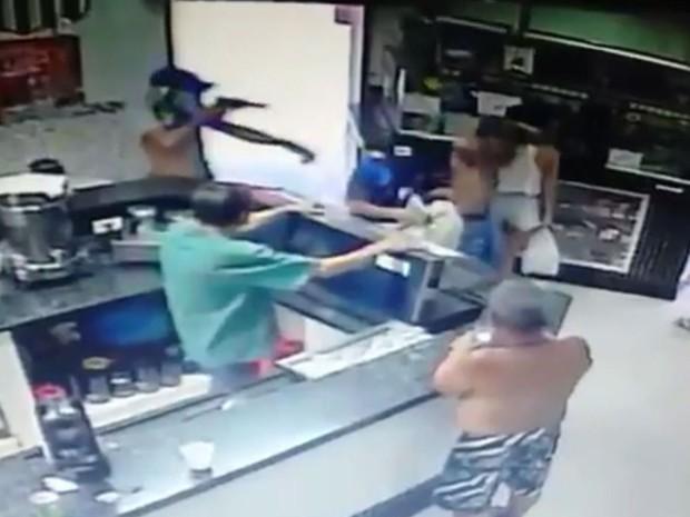 Clientes e funcionários ficaram sob a mira de armas enquanto grupo realizava assalto (Foto: G1)