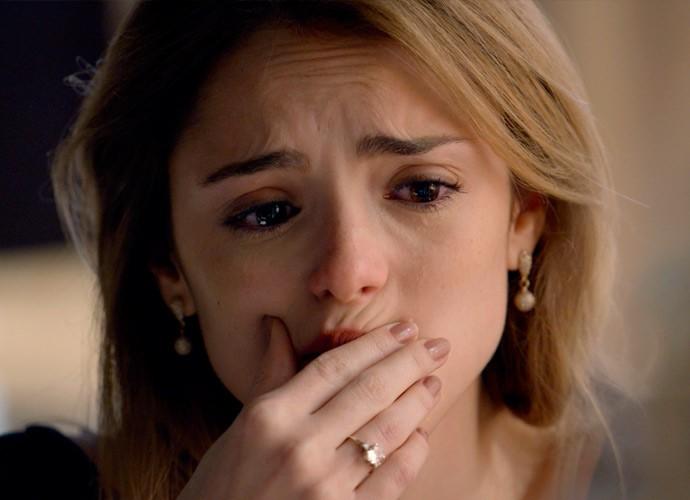 Júlia, de repente, começa a chora e confessa à amiga que não suportaria causa uma briga definitiva entre Pedro e Felipe (Foto: TV Globo)