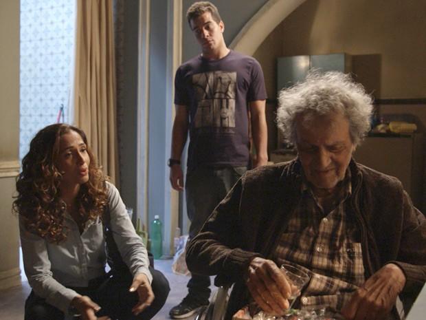 Sebastião pede dinheiro para contar a Regina e Diogo o que sabe sobre a morte do pai deles (Foto: TV Globo)