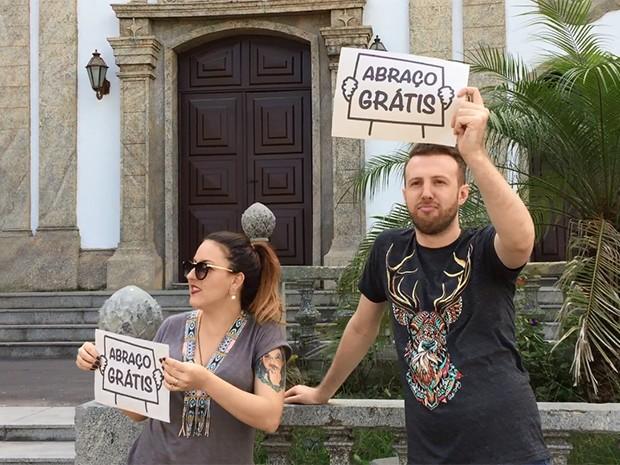 Bic Müller e Thiago Pasqualotto pedem abraços pelo Projac e são surpreendidos (Foto: Gshow)