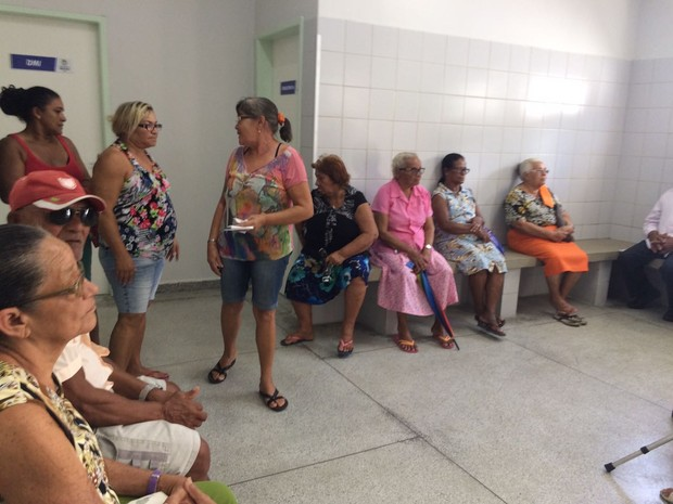 Pacientes reclamavam do calor e da falta de água para beber (Foto: Michelle Farias/G1)