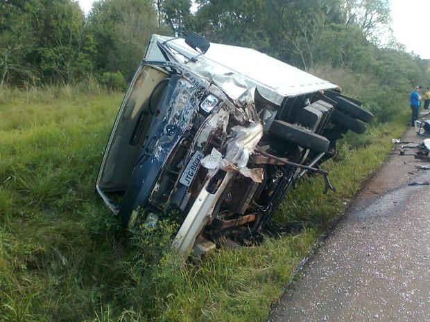 Carreta bateu de frente com veículo e matou condutor do carro (Foto: Leandro Panke/RBSTV)