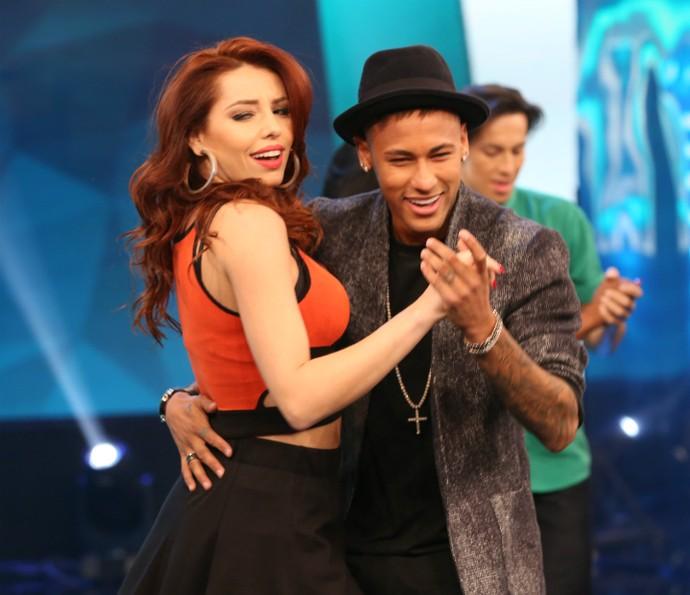 Neymar dança forró no palco do Domingão do Faustão (Foto: Carol Caminha/Gshow)