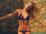 Carolina Dieckmann exibe barriga definida em manhã na piscina