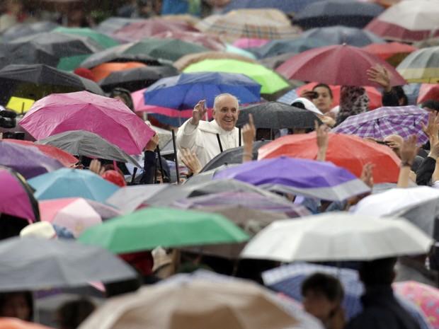 O Papa Francisco durante a audiência desta quarta-feira (29) na Praça de São Pedro, no Vaticano (Foto: Andrew Medichini/AP)