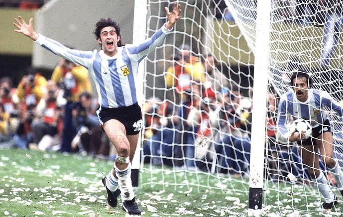 Mario Kempes bola da Copa do Mundo 1978 (Foto: Getty Images)