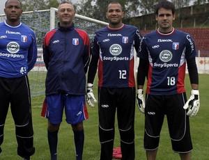 Dida (à esquerda) posa ao lado de Everson e Saulo, também goleiros do Guaratinguetá (Foto: Divulgação/ Guará Futebol)