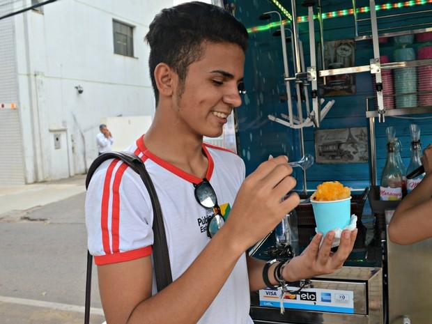 Estudante diz que raspadinha ajuda a refrescar em dias de calor  (Foto: Quésia Melo/G1)