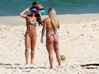 Jaque Khury se bronzeia e mostra corpo sarado em praia do Rio