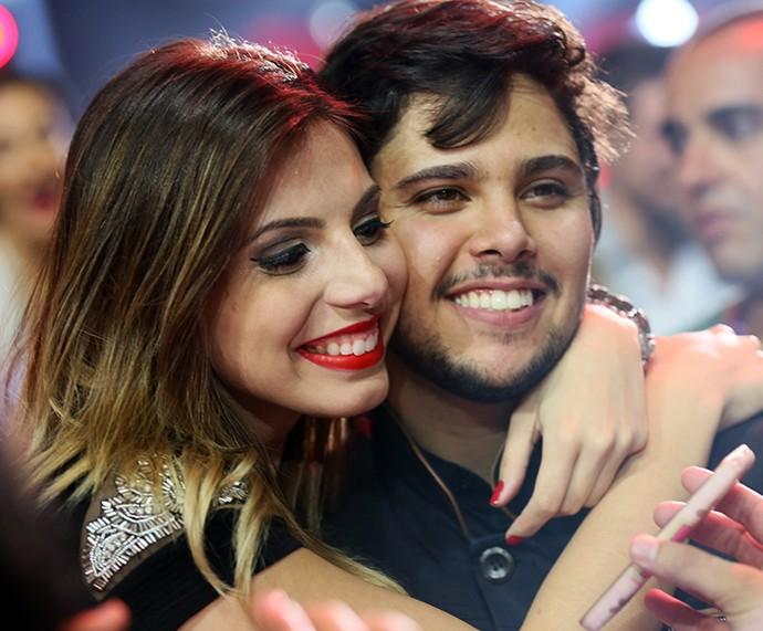Renato Vianna posa agarradinho com a namorada Elen Tetzner (Foto: Isabella Pinheiro / Gshow)