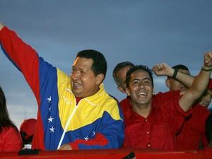 Robert Serra (direita) aparece ao lado de Hugo Chavez em foto de 30 de agosto de 2010 (Foto: AFP Photo/Presidencia)