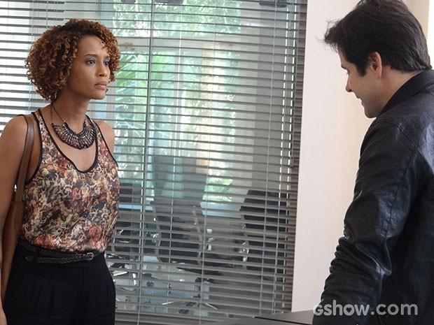 Verônica vai falar com Jonas sobre Vicente e ele flerta com ela (Foto: Geração Brasil/TV Globo)