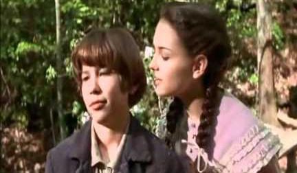 Jonathan Taylor Thomas e Rachael Leigh Cook em 'Tom E Huck - Em Busca do Grande Tesouro' (1995). (Foto: Reprodução)