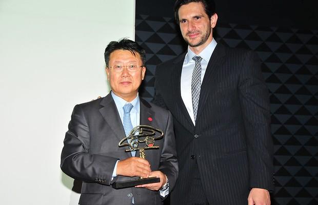 O presidente da Hyundai, Chang Kyun Han, posa ao lado do diretor geral da Editora Globo, Frederic Kachar, na festa do Carro do Ano 2013 (Foto: Oswaldo Palermo)