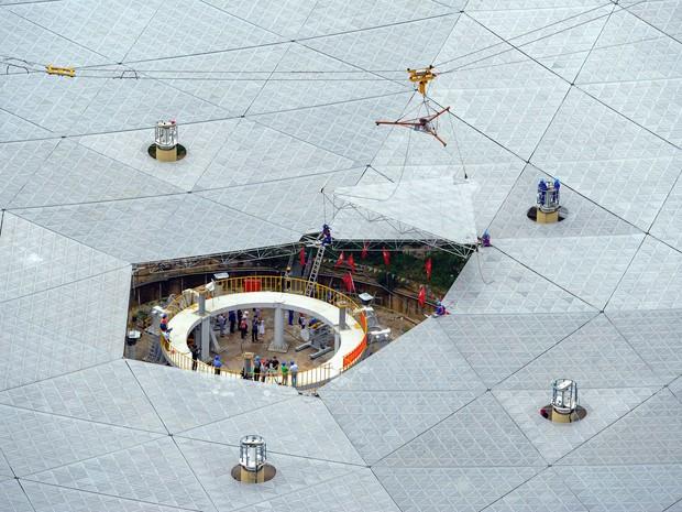 Último painel do maior radiotelescópio da China é instalado, em foto de 3 de julho  (Foto: China Daily/Via Reuters)
